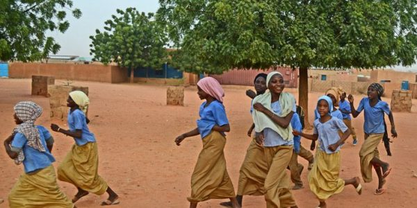 Mädchen auf dem Weg in den Unterricht