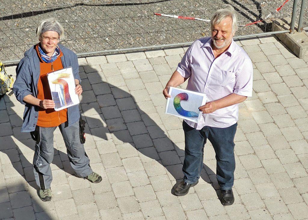 Die Mosaik-Gestalterin und Schulleiter Eberhard Blanz präsentieren den Entwurf zur Gestaltung des Bücherwurms.