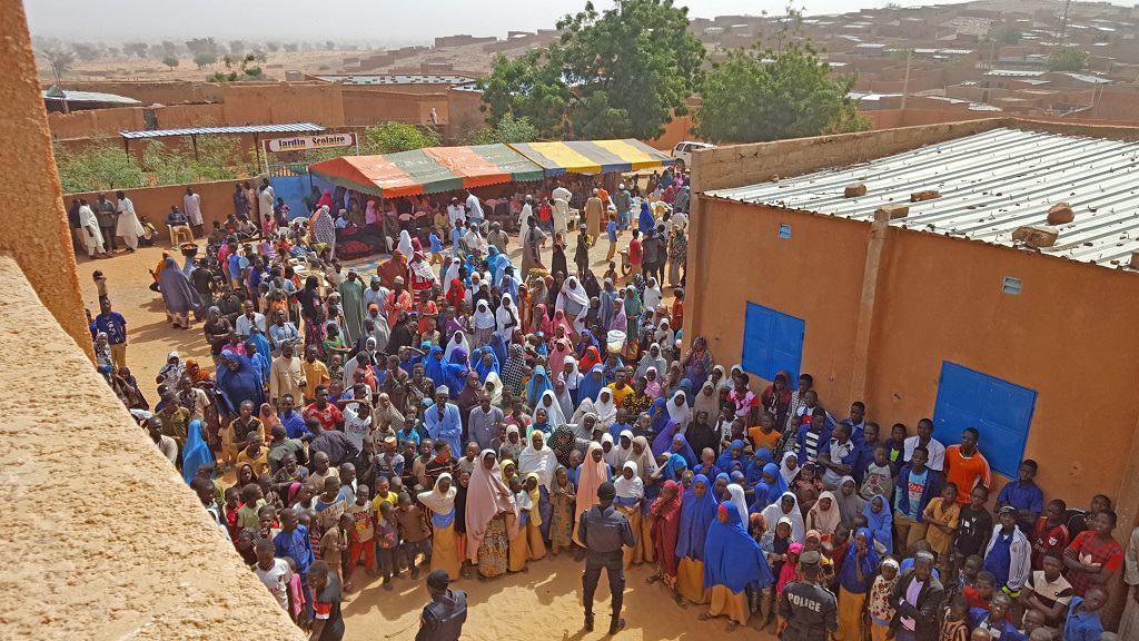 Festgäste bei der Einweihung (Blick vom neuen Gebäude)