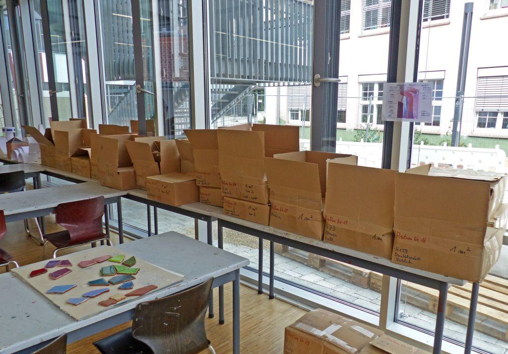 Die Kartons mit den Mosaiksteinchen in den verschiedensten Farben im Kunstraum.