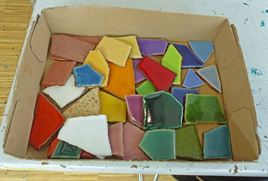 Ästhetisch: Die glasierten bunten Steinchen. Eine Spezialfirma stellt sie her. Die Stücke werden zuerst gebrochen und dann wird jedes Steinchen separat glasiert und gebrannt.