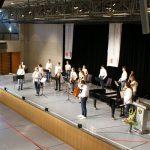 Eberhard Blanz applaudiert Orchester und Solist.