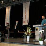 Verbindungslehrer Matthias Meier verleiht Preise für außergewöhnliches SMV-Egangement.